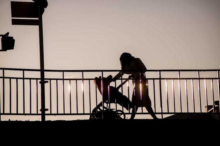 橋を歩く女性