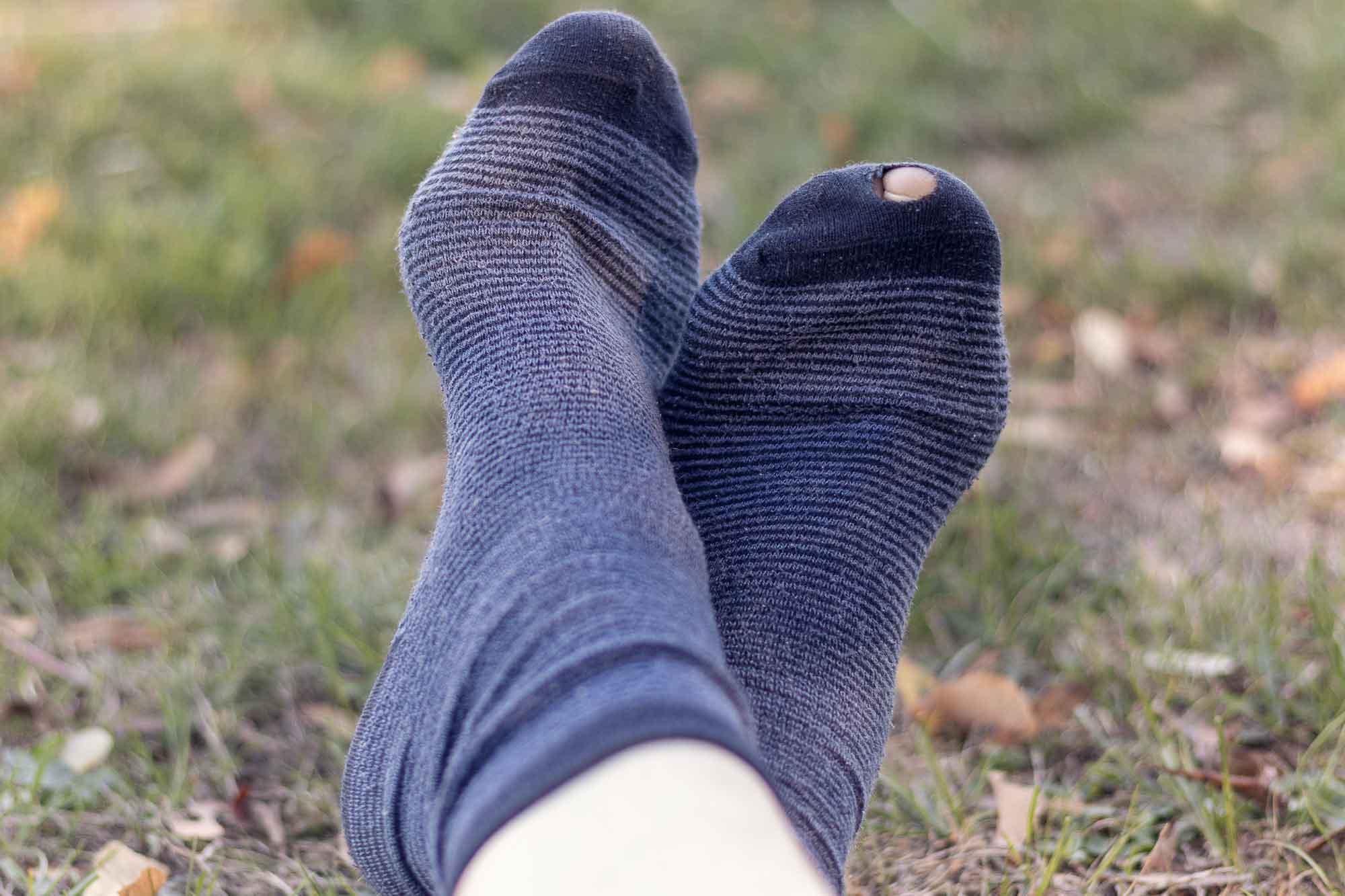 穴のあいた靴下