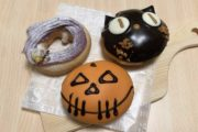 クリスピードーナツ、今年のハロウィンは? 黒ネコの大きな瞳がかわいすぎ