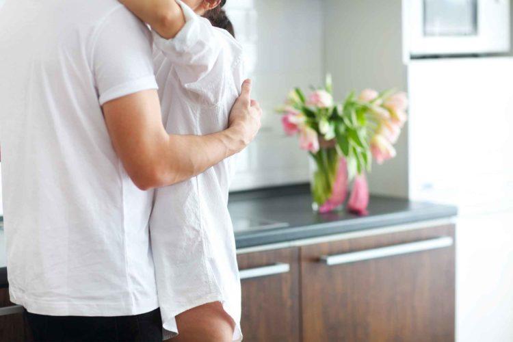 キッチンの男女