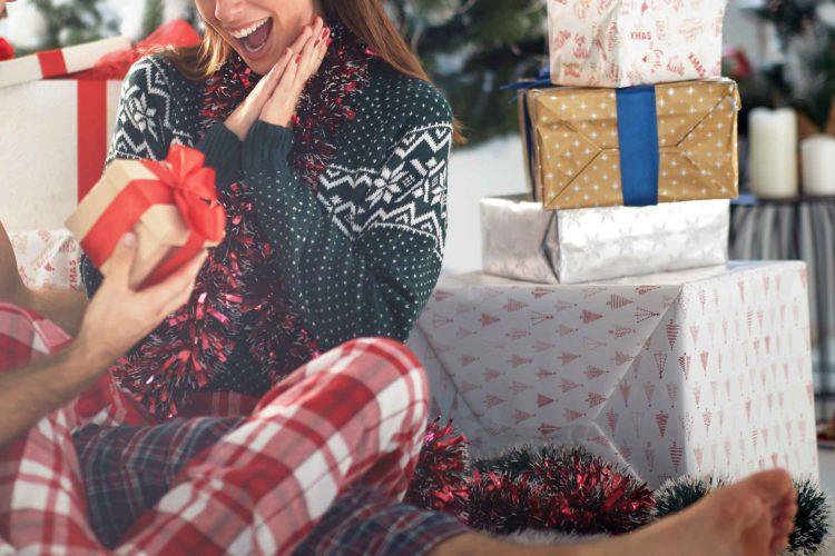 プレゼントに喜ぶ女性