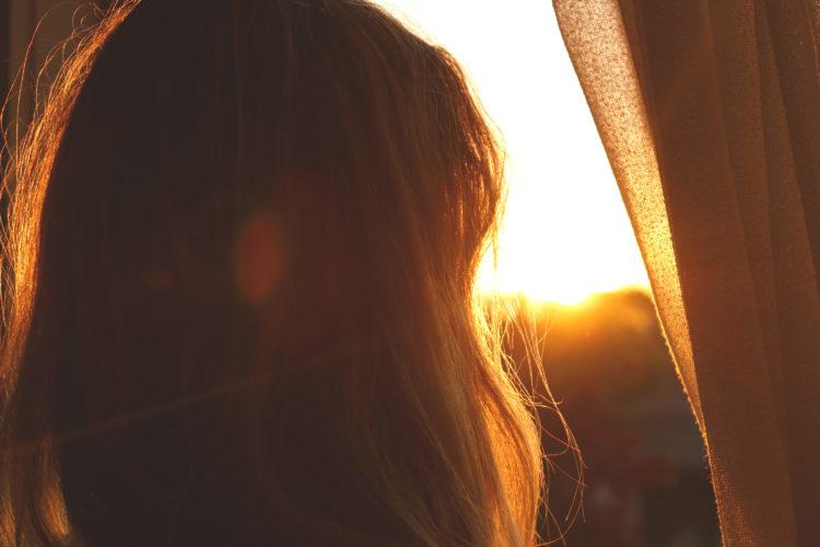 夕日を見る女性