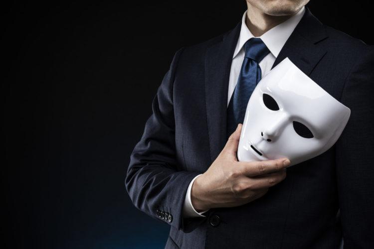 仮面を持つ男性