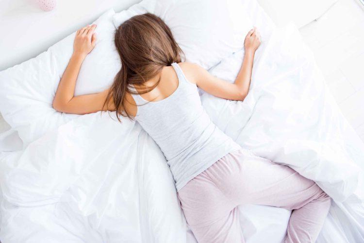 女性 ベッド 寝る