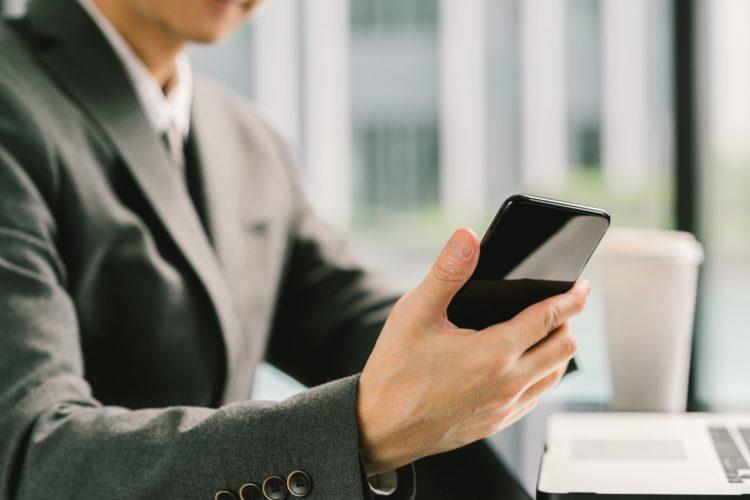 スマホ・スマートフォン・携帯・携帯電話・ビジネスマン・仕事