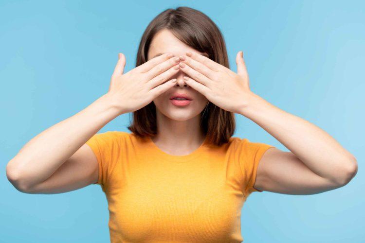 女性 目隠し